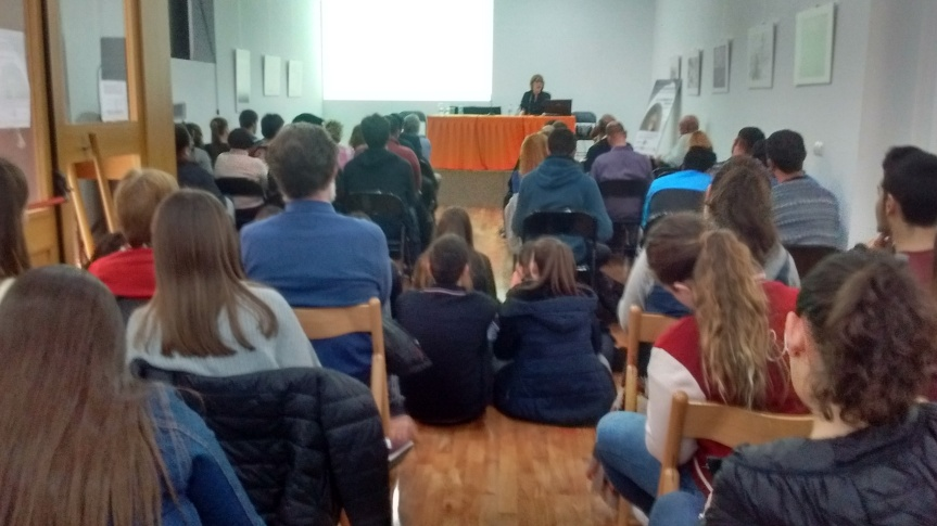 helena-con-alumnos-sentados